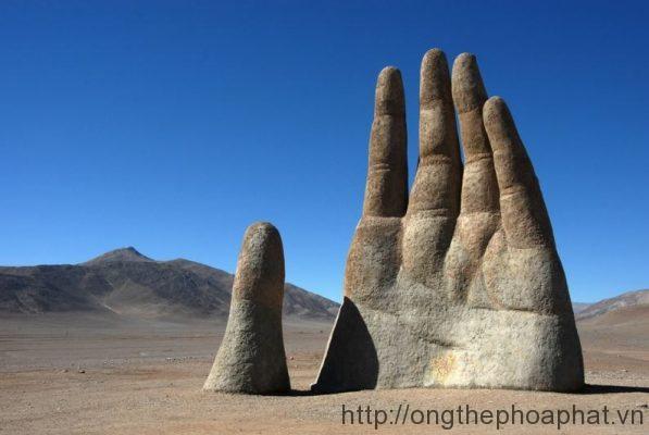 Bàn tay thép khổng lồ